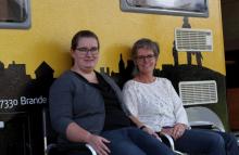 2 x Lene, ingeniørerne Lene Krogh (t.v.) og Lene Hoffmann (t.h.) bemander campingvognen, som besøger Torvet i Brande på onsdag.